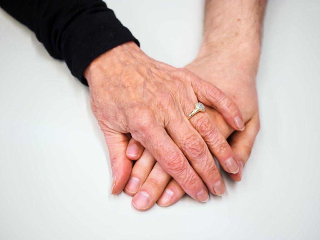 ryppyset ja sileät kädet päällekkäin